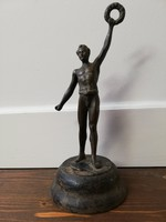 A győztes férfi babérkoszorús kisplasztika kerek fa talapzaton álló réz/bronz ötvözet szobor