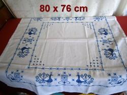 Keresztszemes páva mintával hímzett kézimunka régi terítő 80 x 76 cm