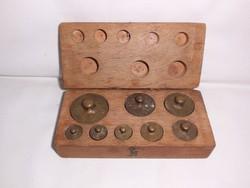 Antik,öntöttvas,réztányéros háztartási mérleghez súlykészlet dobozában,fellelt állapotban