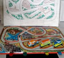 Lemezárugyári közlekedési játék dobozában, autókkal, kulccsal
