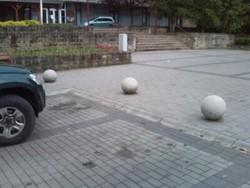 Közterületi vandálbiztos forgalom szabályzó műkő golyó poller