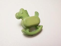 Retro zöld hintaló gyermek gomb