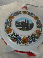 Régi porcelán italoskulacs a Győri városházával