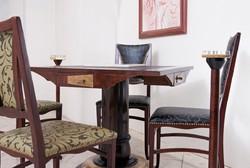 Kártyaasztal garnitúra szecessziós székekkel szivar és cigaretta tartóval. Fuzionart  stílusban k