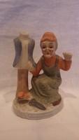 Öreg mamóka , szabó néni műhelyben biszkvit porcelán szobor