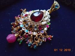 Aranyozott filigrán nagyon  dekoratív Keleti medál,drága és féldrága kövekkel,üveg gyöngyökkel