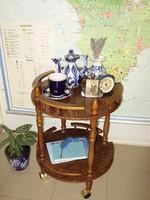 Vintage,kolonial lakkozott fa gurulós bár asztal