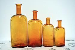 Feliratos gyógyszertári üvegek