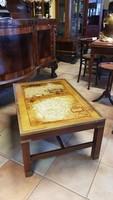 Üvegtetejű asztalka réz díszítéssel
