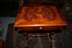Gyönyörű állapotú XIX. századi varróasztalka