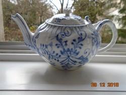 Dombor rokokó mintákkal,muzeális,a Meisseni Kék Hagyma egyik változatával,tea kiöntő