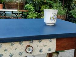 Asztal porcelán hatású díszítéssel
