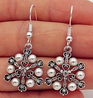 Ezüsttel bevont (SP) fülbevaló, fehér gyöngyökkel és kristályokkal
