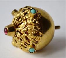 Aranyozott díszgomb türkiz és ametiszt kövekkel díszmagyar garnitúrából