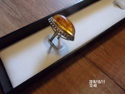 Borostyán gyűrű,kitűzővel