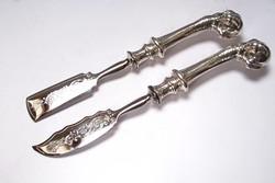 Saskarmos, ezüstnyelű szervírozó pár.