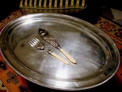 63 cm-es, jelzett Sheffield, ezüstözött antik sültestál, különleges, ezüstözött tálaló eszközökkel