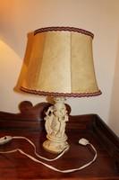 Zenélő figurákkal díszitett asztali lámpa
