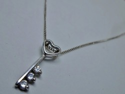 Gyönyörű köves kulcsmedál ezüstláncon