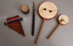 Dél-amerikai miniatűr hangszer gyűjtemény - pánsíp és 3 db dob
