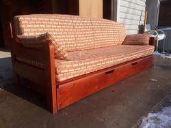 Eladó egy franciaágya alakítható fenyő kanapé nagy ágyneműtartóval. Bútor szép  állapotú, erős és st
