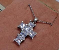 Szép kis ezüstnyaklánc köves kereszt medállal