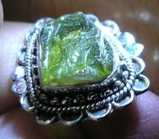 925 ezüst gyűrű 18,7/58,7 mm, csiszolatlan moldavittal