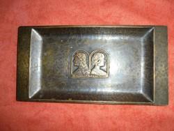 Iparművészeti bronz tálka Mátyás király és Beatrix portréval