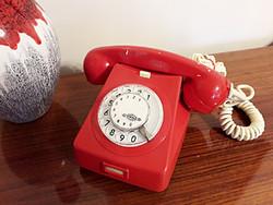 Retro piros tárcsás telefon készülék