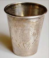 Ezüst vodkás pohár vésett cizellált díszítésekkel elöl monogram helye