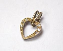 Szív alakú, köves, aranyozott ezüst medál.