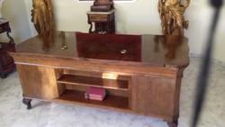 Antik íróasztal. Nagy méretű, térbe állítható.