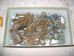 Régi, retro kulcsok, slusszkulcsok, lakatok - kb. 2,6 kg