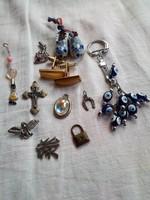 Retro holmik vására: bakelit kitűzők, medálok, gyűrűk és egyéb apróságok