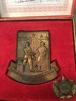 Kommunista időkből bronz plakettek eredeti dobozukban 2 db egyben eladó!