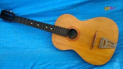 Hét húros Orosz gitárkülönlegesség 1955-ből, eredeti húrozással, gyári címkével a testben