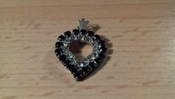 Fekete és fehér kövekkel díszített szív alakú csillogó medál 095