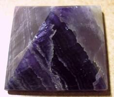 Sötét lila fluorit kics sárgával piramis ezotériához, lakásdísznek