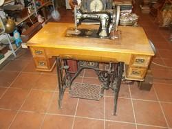 Antik díszes fiókos asztalba csukható varrógép