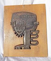Kétszarvú alak Pontukas feliratú bronz és fa fali kép