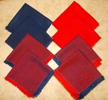8 darab piros-kék szalvéta.