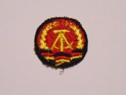 Német katonai NVA hímzett sapkajelvény
