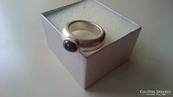 Ezüst gránátköves vastag masszív ezüst gyűrű. 15.6 gr.