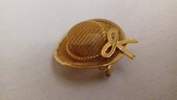 Szép állapotú arany színű kis kalap alakú bross kitűző