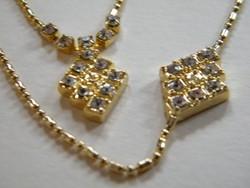 Arany színű, kövekkel díszített nyaklánc és karlánc szett