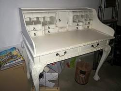 Körmös lábú,sokfiókos,tömör mahagóni íróasztal,tört fehérre festve!
