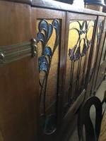Szecessziós szekrény , üvegbetétes