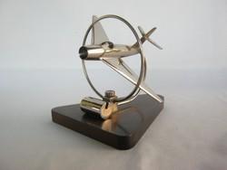 Repülő fém bakelit talppal