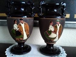 Korondi jelzésű, nagyon régi amfora vázák. Nagyon ritka, jelenetes, gyönyörű színek!