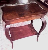 Kecses lábú politúrozott neobarokk asztal a XX. század elejéből